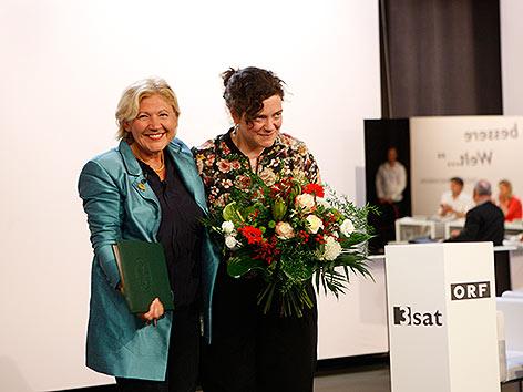 Klagenfurter Bürgermeisterin Maria Luise Mathiaschitz überreicht Nora Gomringer den Bachmannpreis.